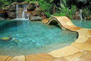 kerti medence vízeséssel