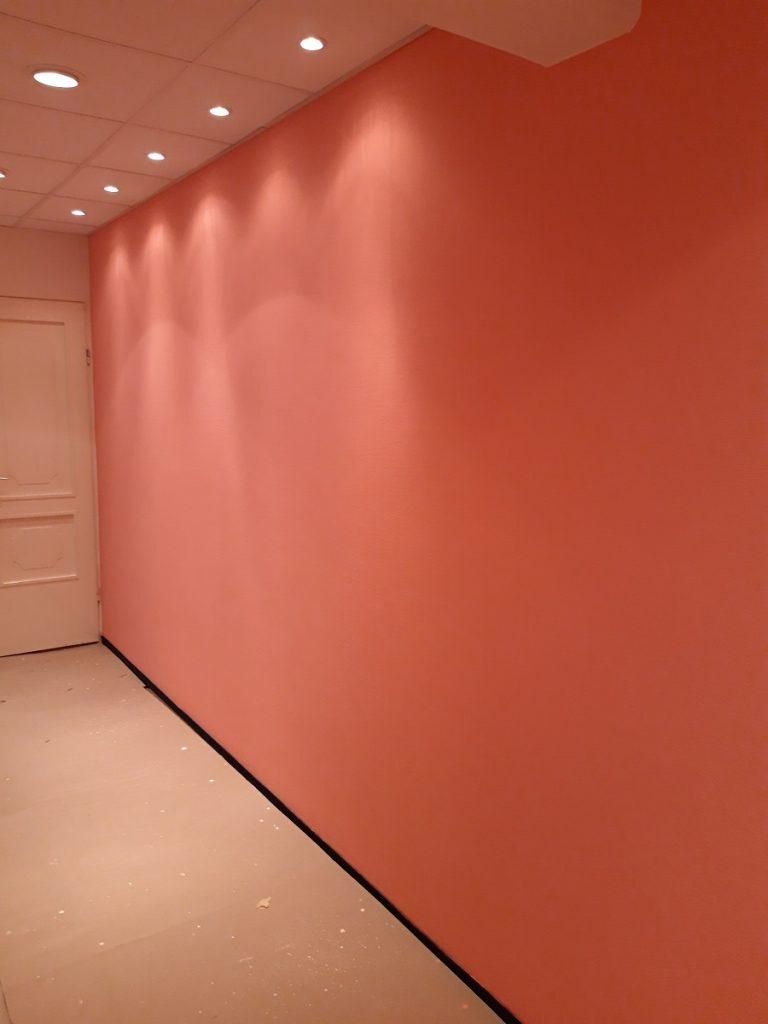 korall szín a falon